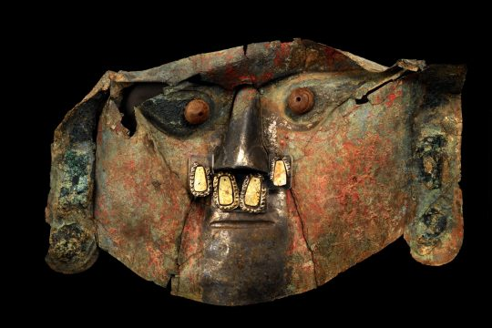 《金の合金製のシカン神の仮面》 シカン文化(紀元800年頃から1375年頃) ペルー文化省・国立シカン博物館所蔵