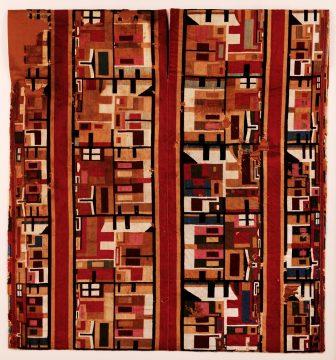 【5】《複雑な意匠の上衣(チュニック)》 ワリ文化(紀元650年頃から1000年頃) ペルー文化省・国立考古学人類学歴史学博物館所蔵