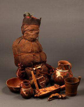 《チリバヤ文化のミイラとその副葬品(男性幼児)》 チリバヤ文化(紀元900年頃から1440年頃) ペルー文化省・ミイラ研究所・チリバヤ博物館所蔵