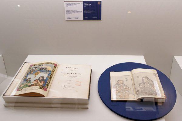 左から: ヨハン・フレデリク・ファン・オーフェルメール・フィッスヘル『日本の知識に対する寄与』1833年(アムステルダム) 1833年 国立西洋美術館 葛飾北斎『北斎漫画』三編 1815(文化12)年 浦上蒼穹堂