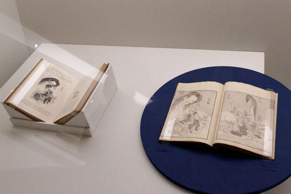 左から: ラザフォード・オールコック『日本の美術と美術産業』1878年(ロンドン) 1878年 横浜開港資料館 葛飾北斎『北斎漫画』十編 1819(文政2)年 浦上蒼穹堂