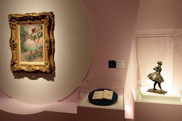 左から: エドガー・ドガ《踊り子たち、ピンクと緑》 1894年 吉野石膏株式会社(山形美術館寄託) エドガー・ドガ(鋳造者:エブラール)《背中に手をあて、右足を前に出して休息する着衣の踊り子》1896-1911年(鋳造1919-21年) ニイ・カールスベア・グリプトテク、コペンハーゲン