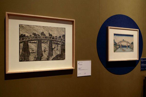 左から: ヴァルター・クレム《橋》1909年以前 オーストリア応用美術館、ウィーン 葛飾北斎《冨嶽三十六景 深川万年橋下》1830-33(天保元-4)年頃 ミネアポリス美術館
